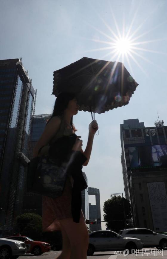 지난 17일 햇볕이 강하게 내리쬐는 서울 광화문 네거리 모습/사진=김휘선 기자