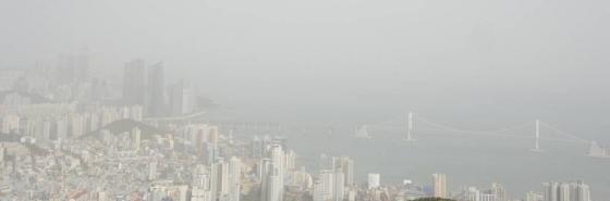미세먼지에 갇힌 부산 도심과 광안대교/사진=뉴시스