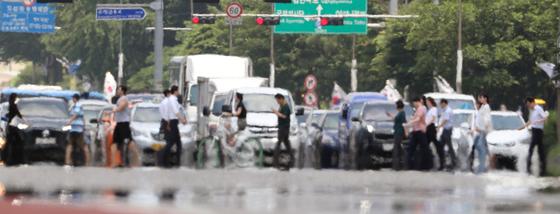 전국 대부분 지역에 폭염특보가 내려진 지난 16일 오후 서울 여의대로에 지열로 인한 아지랑이가 피어오르고 있다./사진=뉴스1