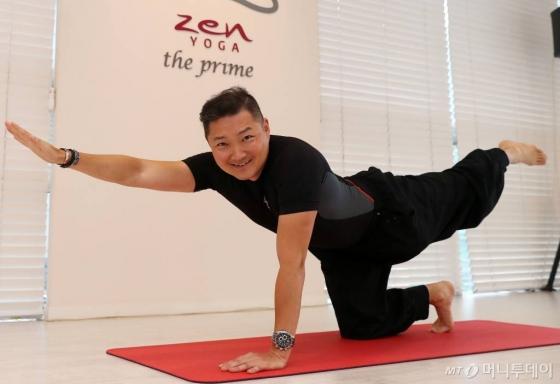 김광록 젠요가 대표가 팔과 두 다리로 바닥을 짚은 상태에서 한쪽 팔과 다리를 드는 '버드독'(bird dog) 자세를 하고 있다.