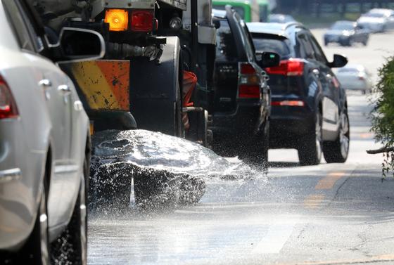 식을 줄 모르는 폭염이 계속되는 23일 오후 대구 수성구 한 도로에서 살수차가 물을 뿌리며 뜨거워진 열기를 식히고 있다. /사진=뉴스1