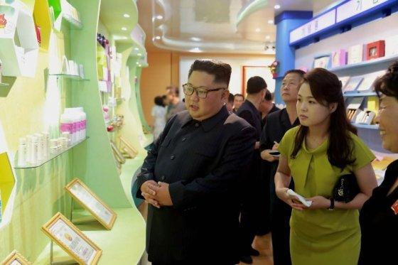 김정은 북한 국무위원장이 최근 부인 리설주 여사와 함께 신의주 화장품 공장을 방문한 모습. /사진=뉴시스, 조선중앙TV 캡처