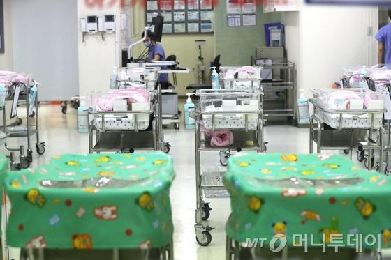올해 2월 출생아 수가 역대 최저치를 기록했다. 통계청이 25일 발표한 '2월 인구동향'을 보면 2월 출생아 수는 2만7500명으로 지난해 같은 달 대비 9.8%(3000명) 감소했다. 사진은 이날 서울 시내의 한 병원 신생아실의 빈 아기침대. 2018.4.25/뉴스1  <저작권자 © 뉴스1코리아, 무단전재 및 재배포 금지>