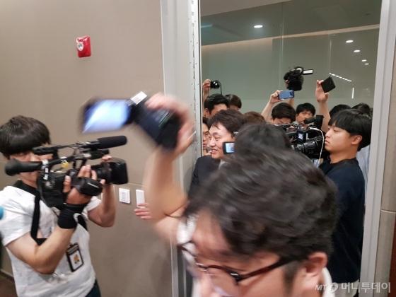 26일 낮 12시10분쯤 최용석 신일그룹 회장이 돈스코이호 기자간담회가 열린 서울 세종문화회관 세종홀을 빠져나갔다가 취재진을 뿌리치지 못하고 다시 기자간담회장으로 돌아오고 있다./사진=최동수 기자