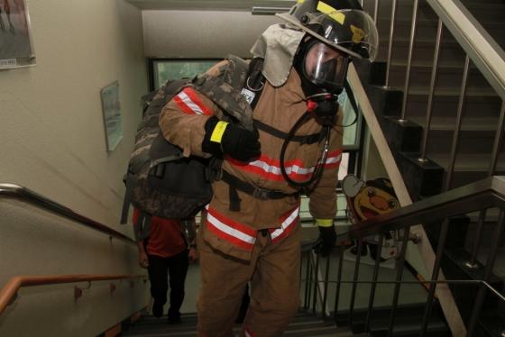 소방배낭(10kg 남짓)을 메고 송파소방서 4층 건물 계단을 오르는 기자. 숨이 턱끝까지 올라와 턱턱 막히고 어질어질 했다./사진=서울 송파소방서 신용철 소방사