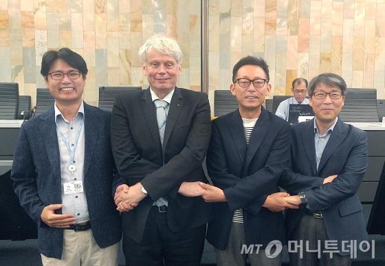KT와 LG유플러스는 스위스 제네바에서 열린 ITU 표준화회의에서 공동으로 제안한 '양자암호통신 네트워크 기술'이 국제표준안으로 승인됐다고 29일 밝혔다. 사진은 왼쪽부터 LG유플러스 진재환 팀장(5G전송팀), ITU-T 13연구위원회 의장 레오 레흐만, KT 김형수 박사, 카이스트 이규명 교수/사진제공=LGU+