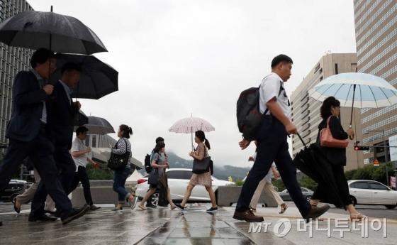 주 52시간 근무제가 시행된 이달 2일 오전 서울 종로구 광화문 네거리에서 시민들이 출근을 하고 있다./사진=이기범 기자