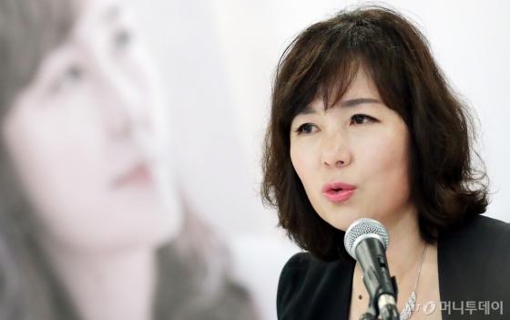 5년 만에 새 장편소설 '해리' 낸 공지영 작가. /사진=김창현 기자<br />