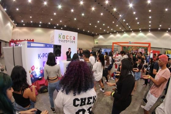 지난 27일(현지시간) 브라질 포르탈레자에서 개최된 '제 2회 K-콘텐츠 쇼케이스 in 브라질'에서 K-POP 커버댄스팀 배틀이 열리고 있다. /사진=콘텐츠진흥원
