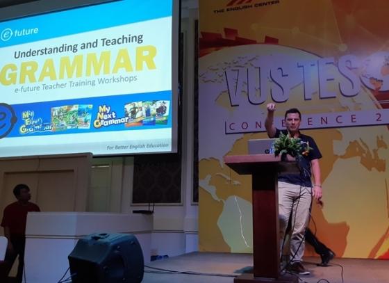 이퓨쳐의 교사교육 전문 트레이너 애런(Aaron)이 'VUS TESOL 컨퍼런스 2018'에서 강연를 펼치고 있다. / 사진제공=이퓨쳐