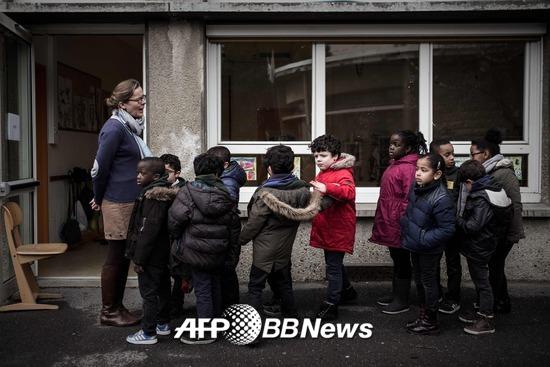 프랑스 파리 외곽 방리유의 한 학교에서 학생들이 교사의 지도에 따라 줄서 있다. /AFPBBNews=뉴스1