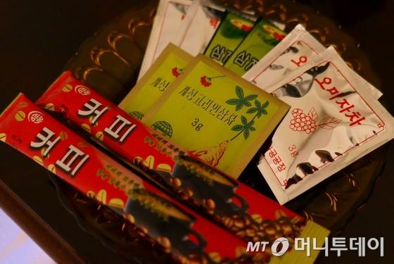 북한 호텔에서 판매중인 커피와 차. 국영공장 생산 제품으로 보인다. /사진=남북공동취재단