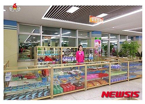 2015년 새로 지어진 생필품전문 백화점 성격의 '창광상점' 내부. /사진=조선중앙TV 캡쳐, 뉴시스