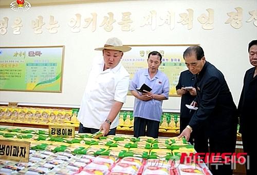 강냉이 가공품 공장을 시찰하는 김정은 북한 노동당 위원장. /사진=뉴시스