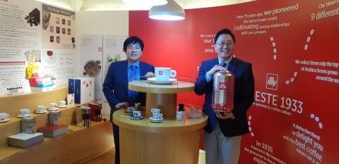 권태원 일리카페 사업본부장과 김데릭 커피사업부 이사(좌측부터)/사진제공=큐로에프앤비