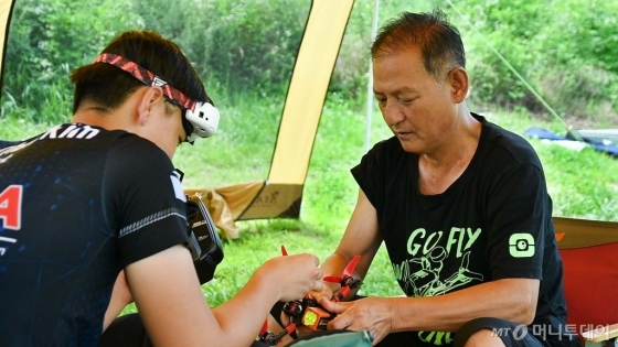 김민찬 선수(14)와 아버지 김재춘씨(54)가 드론을 정비하고 있다. /사진=이상봉 기자
