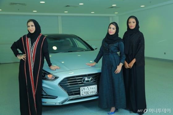 사우디아라비아의 현대차 브랜드 홍보대사로 선정된 (왼쪽부터) 패션 디자이너인 림 파이잘, 사업가인 바이안 린자위, 라디오 프로그램 진행자 겸 여행 블로거인 샤디아 압둘 아지즈./사진제공=현대차