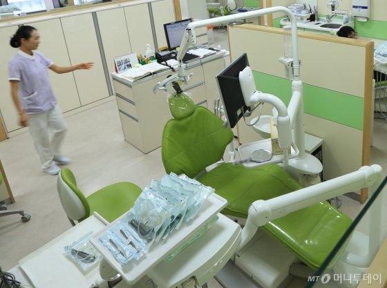 연세대 치과대학병원 진료실에 낱개로 멸균포장된 의료기구들이 놓여 있다./사진 제공=연세대 치과대학병원