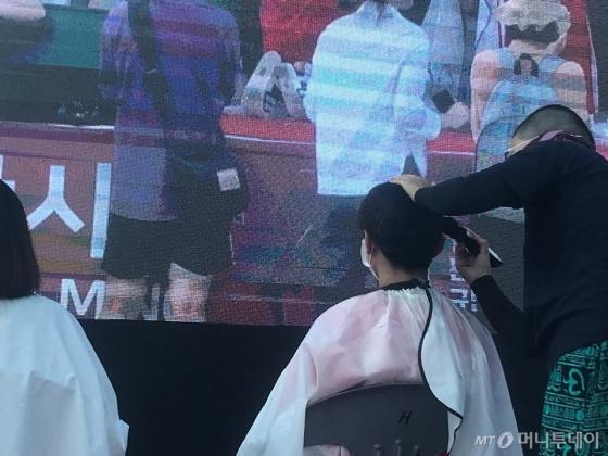 4일 오후 4시 서울 광화문 광장에서 열린 '불법촬영 편파수사 규탄 시위'에서 삭발식이 진행됐다./사진=이해진 기자