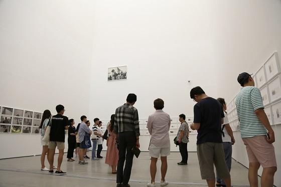 폭염을 피해 국립현대미술관을 찾은 관람객들이 전시작품을 살펴보고 있다. /사진=국립현대미술관