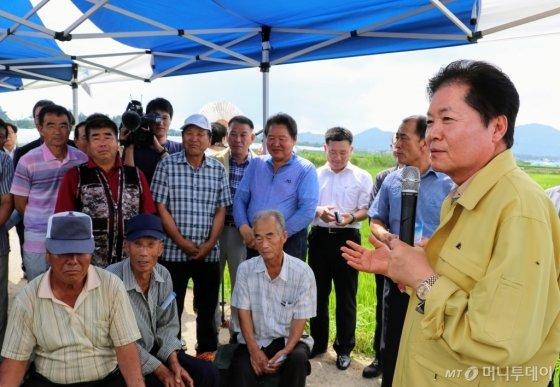 김병원 농협중앙회장이 지난 3일 전남 나주 폭염 피해지역을 찾아 농업인들에게 무이자자금 5000억원 지원 등을 내용으로 하는 '폭염극복을 위한 범농협 지원대책'을 발표하고 있다.