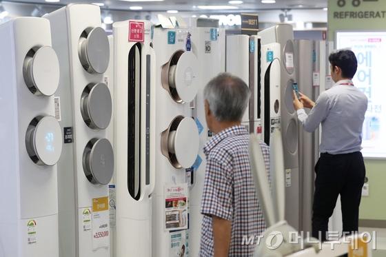 30일 서울의 한 대형 전자제품 판매점에서 고객들이 에어컨을 살피고 있다.  2018.7.30/사진=뉴스1