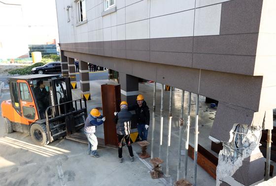 지난해 11월15일 경북 포항시에서 발생한 지진으로 한 필로티 구조 건물 기둥이 파손된 모습. /사진=뉴스1