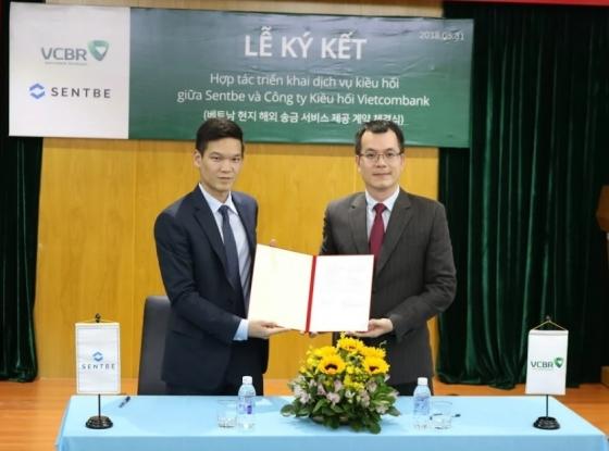 (왼쪽부터) 이재영 센트비 전략총괄이사(CSO)와  Trinh Hoai Nam VCBR(Vietcombank Remittance) 최고경영자(CEO)가 업무협약을 체결하며 기념촬영하고 있다./사진제공=센트비