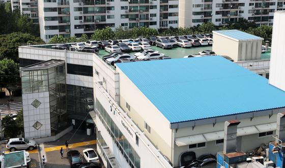서울 시내의 한 BMW 서비스센터 건물 옥상에 점검 차량들이 빼곡히 세워져 있다. / 사진=뉴스1