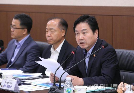 홍종학 중소벤처기업부 장관이(왼쪽 세 번째) 18개 테크노파크 원장 간담회에서 모두발언을 하고 있다. /사진제공=중소벤처기업부