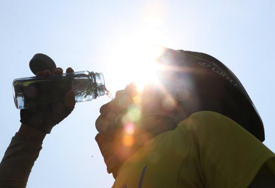 6일 오후 서울 반포한강공원에서 자전거를 타던 시민이 물을 마시고 있다. /사진=뉴스1