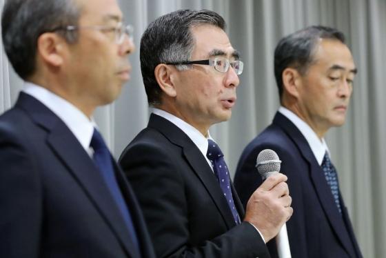 토시히로 스즈키 스즈키모터스 회장이 9일 일본 도쿄에서 열린 기자회견에서 일부 차량에 대한 연비 및 배기가스 데이터 조작 사실을 인정했다. /AFPBBNews=뉴스1
