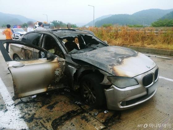 9일 오전 7시55분께 경남 사천시 곤양면 남해고속도로에서 2011년식 BMW 730LD 차량에서 화재가 발생해 차량이 전소됐다./사진=경남경찰청 제공, 뉴시스