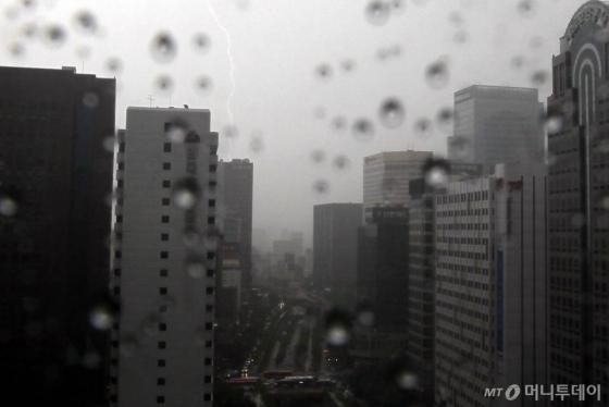 서울 청계천에 번개를 동반한 강한 소나기가 내리고 있다.