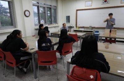 김태수 대표가 농아인 학생들에게 수어로 수업 내용을 설명하고 있다./사진제공=메인오브제