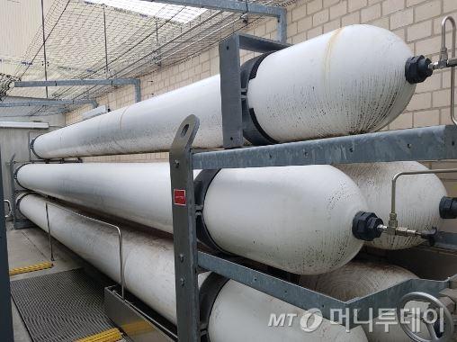 수소충전소 인근에 설치돼있는 수소저장소 내부/사진=최석환 기자