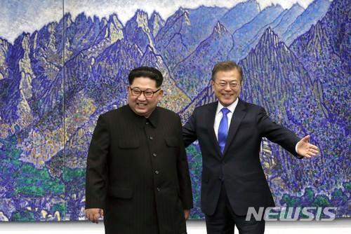 【판문점=뉴시스】전신 기자 = 문재인 대통령과 김정은 북한 국무위원장. 2018.04.27.    photo1006@newsis.com  <저작권자ⓒ 공감언론 뉴시스통신사. 무단전재-재배포 금지.>