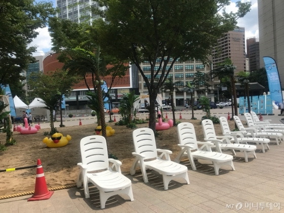 지난 10일 서울시 중구 시청 앞 광장에 인공해변이 마련됐다./사진=이상봉 기자
