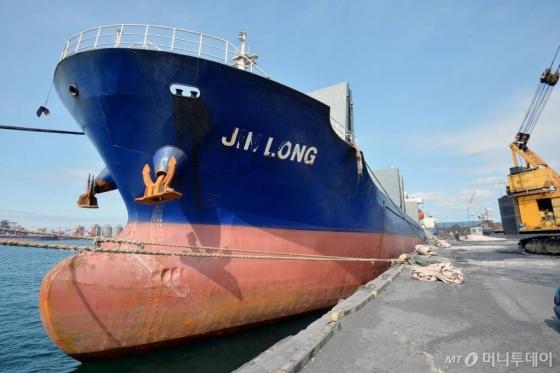 【포항=뉴시스】우종록 기자 = 7일 오후 경북 포항시 남구 포항신항 제7부두에 북한산 석탄을 실어 날랐다는 의혹을 받고 있는 진룽(Jin Long)호가 정박해 있다. 2018.08.07.   wjr@newsis.com  <저작권자ⓒ 공감언론 뉴시스통신사. 무단전재-재배포 금지.>