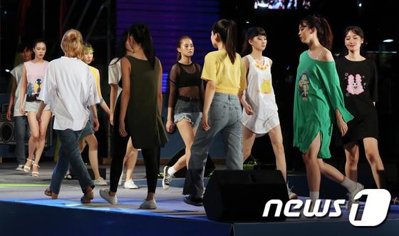 [사진]여름밤 식히는 '썸머 쿨 패션쇼'