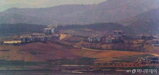 남북정상회담이 열린 27일 경기도 파주시 오두산 통일전망대에서 바라본 북한 황해북도 개풍군 일대가 조용한 모습을 보이고 있다.