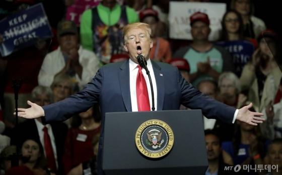 【엘크하트=AP/뉴시스】도널드 트럼프 미국 대통령이 10일(현지시간) 인디애나 주 엘크하트에서 열린 공화당 선거집회에 참석해 연설하고 있다.
