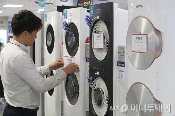 30일 서울의 한 대형 전자제품 판매점에서 직원이 에어컨에 판매완료 안내문을 붙이고 있다./사진=뉴스1