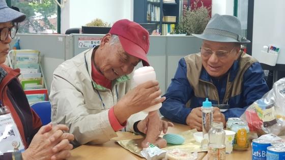 굿하트광진재가노인지원센터에서 진행되는 이석원 대표의 수업에 참여한 노인들이 섹스토이 사용법을 실습하고 있다. /사진제공=이석원 대표