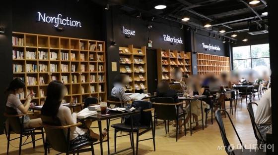 서울시내 한 서점서 손님들이 책을 읽고 있다./사진=머니투데이db