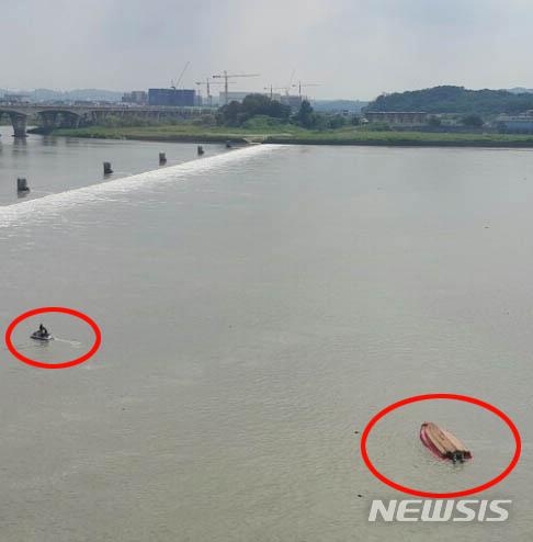 12일 오후 1시 33분쯤 김포시 고촌읍 신곡리 김포대교(일산방향) 아래서 김포소방서 소속 구조보트가 전복돼 있다. 이날 사고로 소방관 2명이 실종됐다./사진=뉴시스