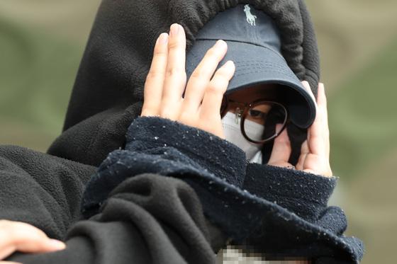 홍익대 남성 누드모델의 나체를 몰래 찍어 워마드에 유포한 뒤 증거를 인멸한 혐의를 받고 있는 여성 모델 안모씨(25)가 5월12일 오후 서울 마포경찰서에서 나와 영장실질심사를 받기 위해 서울서부지방법원으로 이송되고 있다. /사진=뉴스1