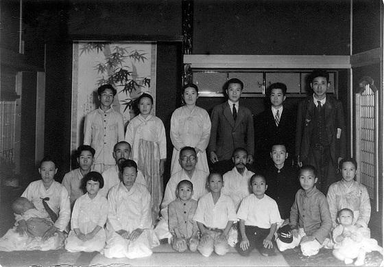 김구 선생(가운뎃줄 가운데)이 황해도 신천 청계동에서 만나 청국시찰을 같이 한 독립운동가 김형진(가운뎃줄 왼쪽 2번째)과 그의 가족들 모습. /사진=문화재청