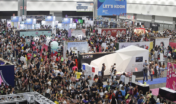 10~12일 'KCON 2018 LA'가 열린 LA컨벤션 전경. 축제가 열린 사흘간 관람객 총 9만4000여명이 참석했다./사진제공=CJ ENM