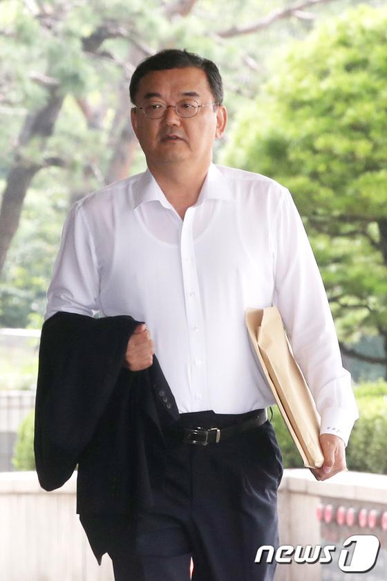 [사진]검찰 출석하는 지철호 공정위 부위원장